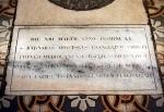 scritta sotto la pietra rotonda