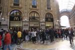 Folla in Galleria per l'ultimo pranzo da McDonald's (Foto Omnimilano)