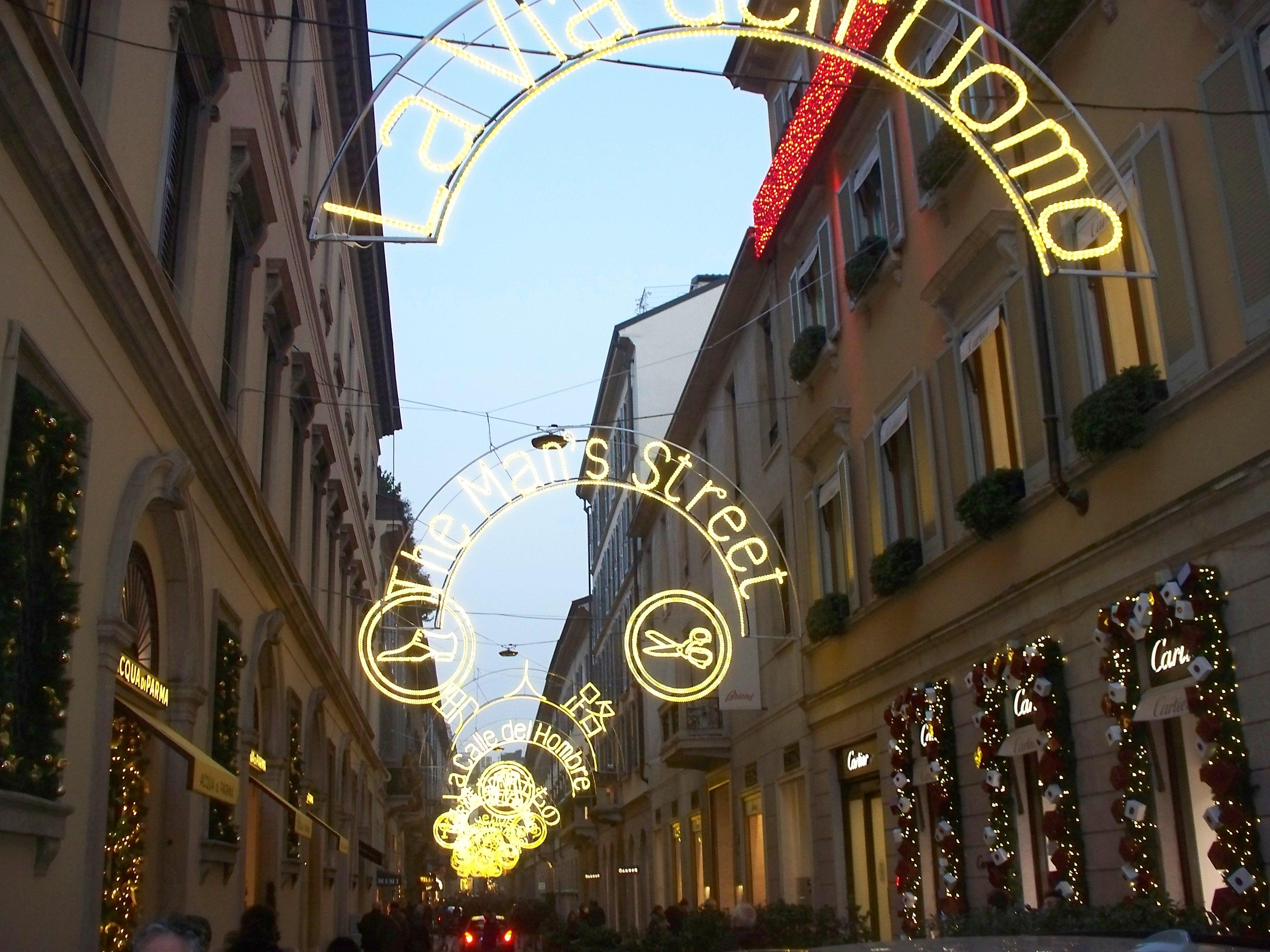 Aspettando natale i colori della luce itinerario tra for Vie di milano