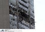 ©FREZZA-LAFATA/LAPRESSE 18-04-2002 MILANO CRONACA UN AEREO DA TURISMO COMMANDER SI E' SCHIANTATO CONTRO IL GRATTACIELO PIRELLI NELLA FOTO: IL PIRELLONE DOPO LO SCHIANTO